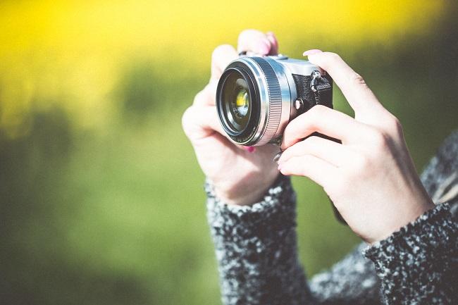taking-a-photo-with-small-mirrorless-camera-picjumbo-com (1)