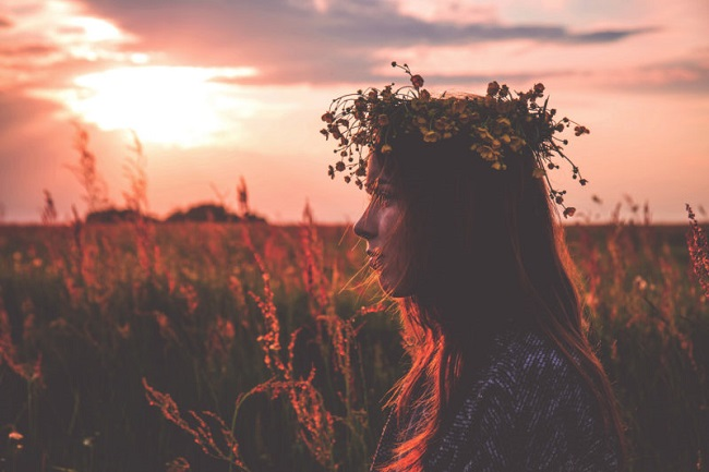 young_woman_in_wreath_enjoying_sunset-800x533